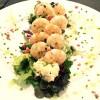 Cresta de langostinos sobre mezcla de lechugas y ensalada de marisco.